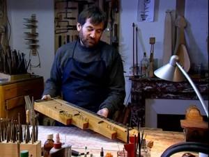 Jean-Claude Condi, luthier à Mirecourt